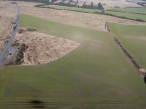 De to marker inden genopretningen. Den store i forgrunden (grøn) og den lille i baggrunden (grøn) omkranset af læhegn