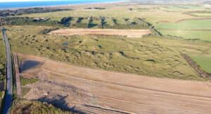 De to marker efter genopretningen. Den store i forgrunden (sandfarvet) og den lille i baggrunden (sandfarvet)